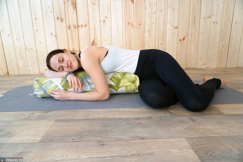 Релаксация с валиком для йоги