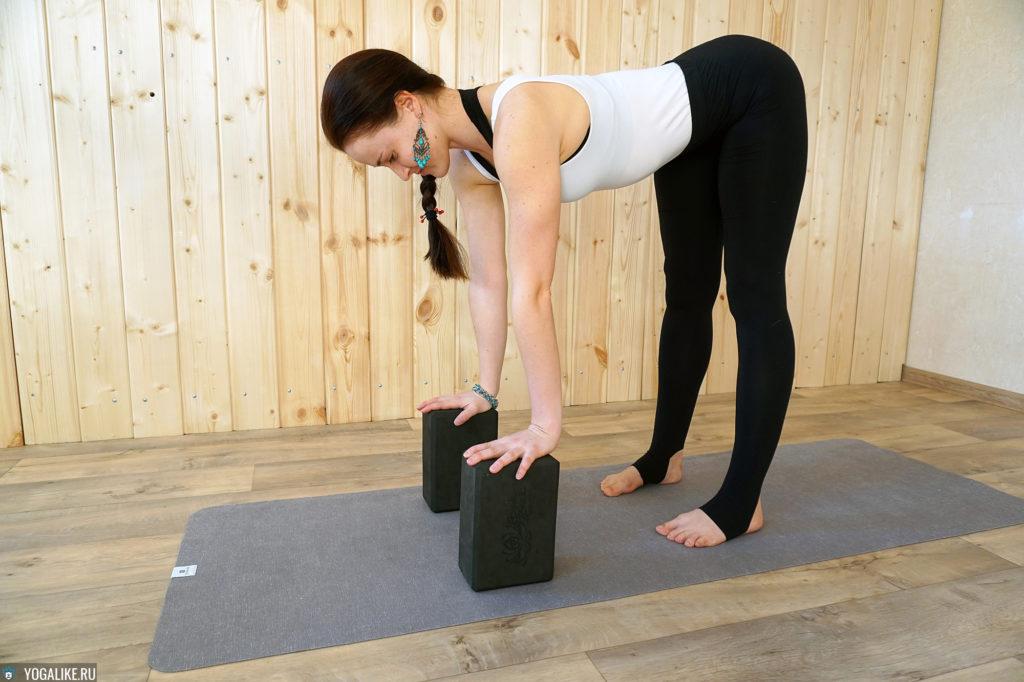 Наклон вперед стоя с кирпичами для йоги