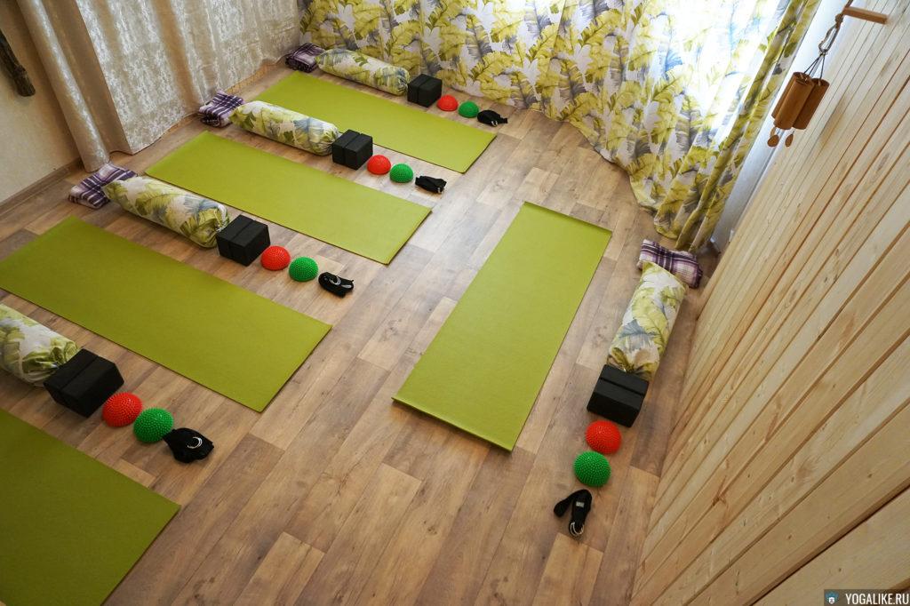 Зал с пропсами для йоги в Павшинской пойме